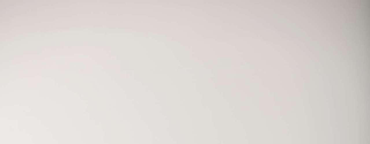 Depois de bombeado, o sangue precisa voltar para o coração e, para isso, depende da ajuda da panturrilha. Por isso, durante o período de trabalho, é preciso ter cuidados com os hábitos. Para quem fica o dia todo sentado, por exemplo, os males serão maiores do que para um carteiro que, apesar de ficar em pé boa parte do tempo, ele apresenta menos problemas já que está se movimentando e não parado na mesma posição. O importante é o movimento, não a posição, explica o Dr. Celso Bregalda.
