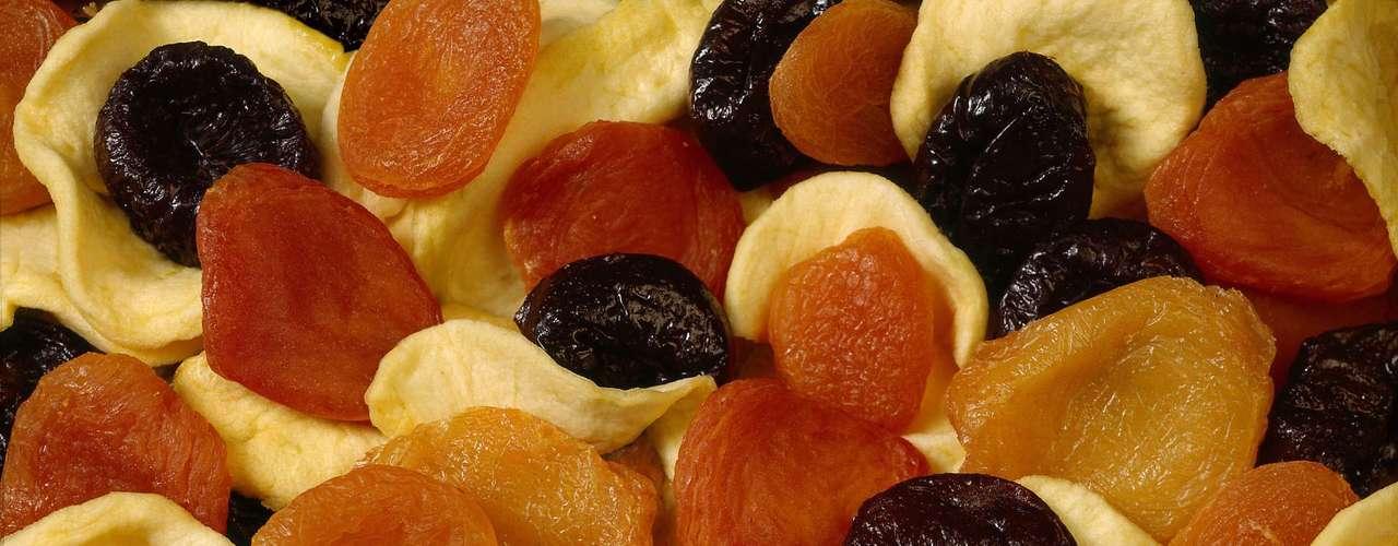 Damascos secos: outra fruta seca que entra no ranking é o damasco, que tem 257 miligramas em ¼ de xícara