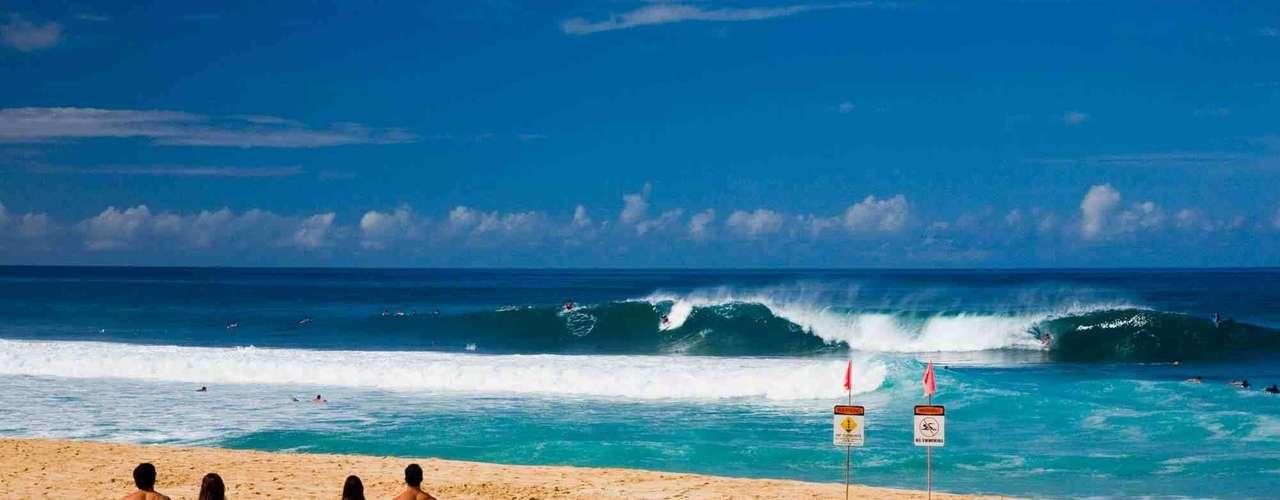 North Shore, Havaí: a região central do litoral norte da ilha de Oahu, conhecida como North Shore, atrai numerosos surfistas por suas enormes ondas. Mas este trecho da costa havaiana é também conhecido pela frequência de seus ataques de tubarão. O incidente mais recente ocorreu em abril deste ano, quando um surfista foi ferido sem gravidade por um tubarão-tigre