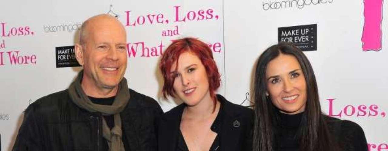 Ele foi casado por 13 anos com a atriz Demi Moore, com quem tem três filhas, entre elas, Rummer Willis, que aparece entre os pais na foto