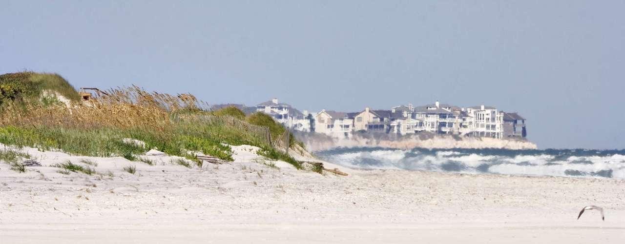 Ilha Topsail, Estados Unidos: situada no litoral do estado de Carolina do Norte, a ilha Topsail é um dos locais com mais possibilidades de encontrar tubarões no oeste dos Estados Unidos. A ilha tem cerca de 50 km de belas praias muito procuradas por turistas durante o verão, apesar da presença de diferentes espécies, como tubarão-martelo e tubarão-tigre