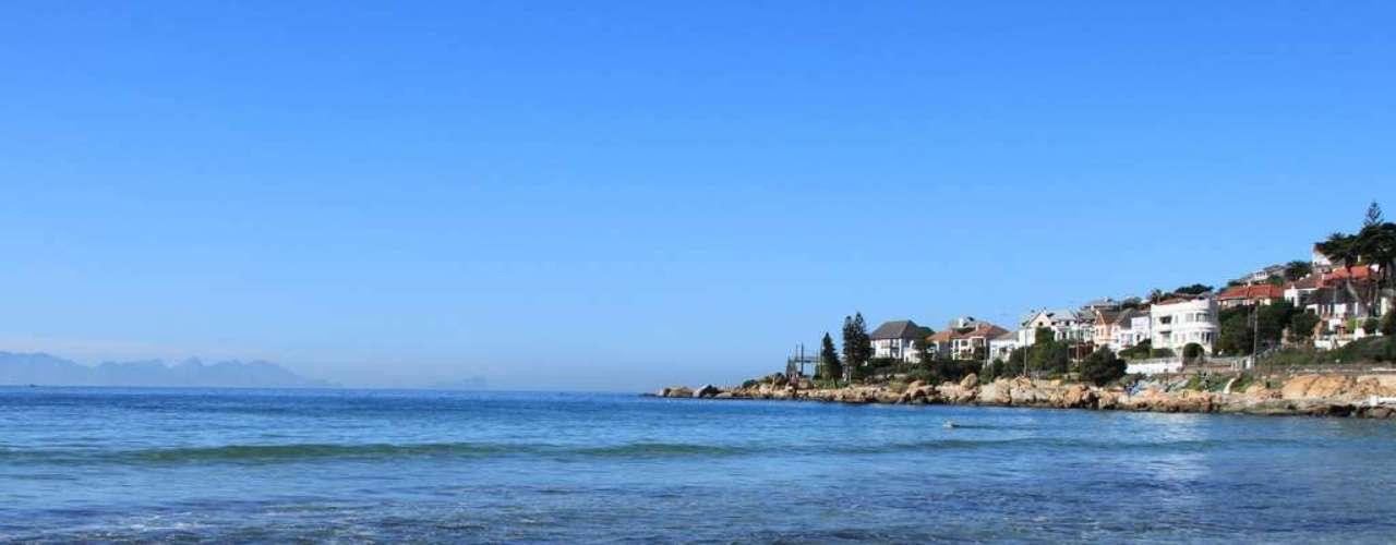 Fish Hoek Beach, África do Sul: as águas ao redor da Cidade do Cabo são conhecidas por sua grande quantidade de tubarões, entre eles, o temido tubarão-branco. Com aproximadamente 1,5 km de extensão, a praia de Fish Hoek Beach é uma das mais perigosas da área da Cidade do Cabo, com frequentes ataques a surfistas e banhistas
