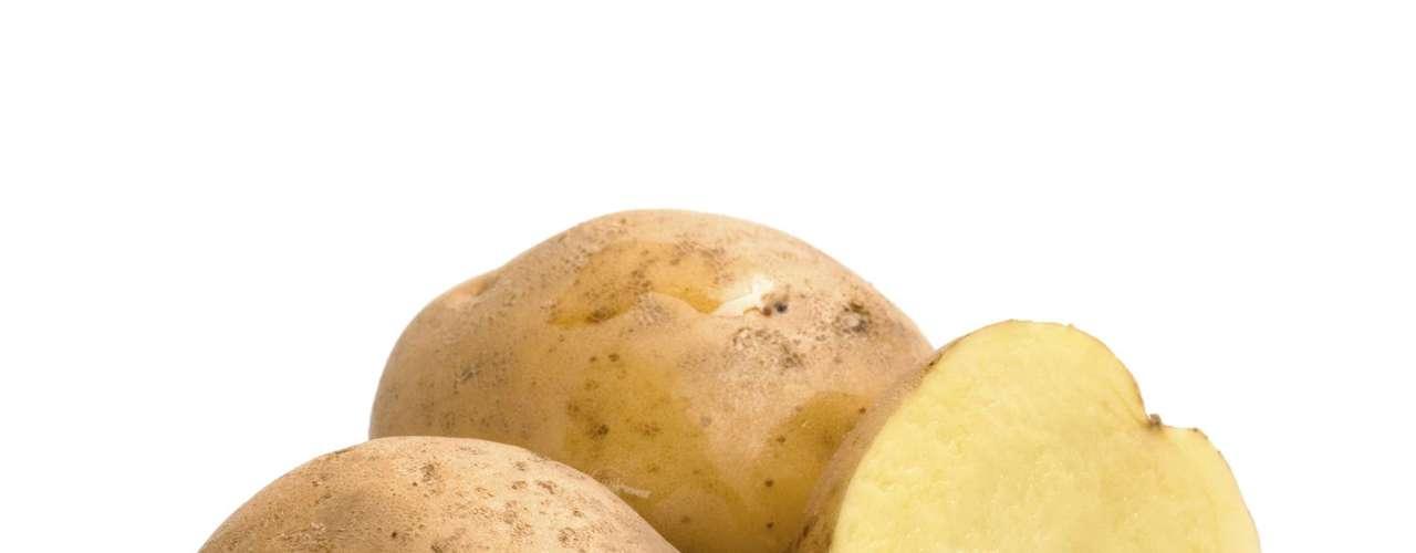 Batata: uma batata média tem 751 miligramas de potássio. Uma batata doce de tamanho médio também apresenta mais de 540 miligramas, além de ter o antioxidante betacaroteno
