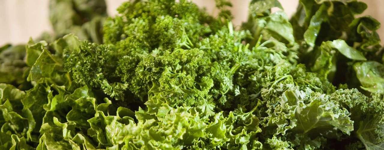 Folhas verdes: uma xícara de acelga cozida tem 961 miligramas de potássio, mais do que o dobro do que uma banana média. A mesma porção de espinafre contabiliza 839 miligramas, enquanto uma xícara de folha de beterraba também cozida tem mais do que 1.300 miligramas