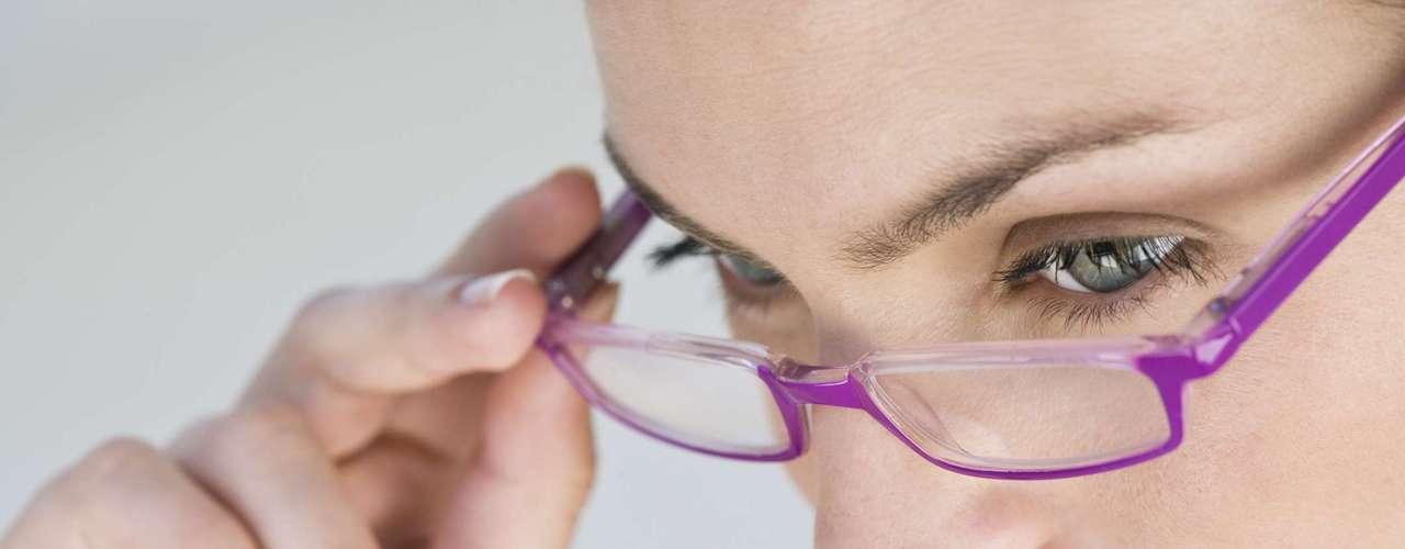 Problemas oculares: a cefaleia que advém dessa região geralmente caracteriza-se por uma dor chata em cima dos olhos e na fronte, que aparece somente após os esforços visuais. As principais causas são as ametropias (hipermetropia e astigmatismo) não corrigidos com óculos ou lentes de contato. Alguns tipos de enxaquecas também podem trazer alterações visuais como embaçamento transitório, escotomas (bolas cintilantes na visão), perda transitória de campo visual etc. Estes sintomas são chamados de aura e precedem a crise enxaquecosa. \
