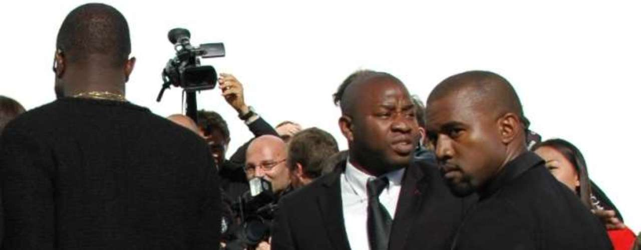 O rapper americano Kanye West ficou de fora da semana de moda de Paris com sua linha de roupas DW by Kanye West, mas assistiu ao desfile da Dior, nesta sexta-feira (28)