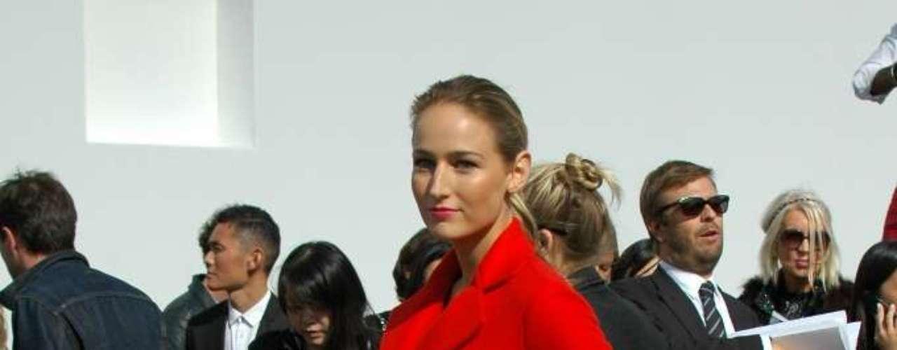 A atriz Leelee Sobieski vestiu um modelo vermelho da Dior para o desfile da grife