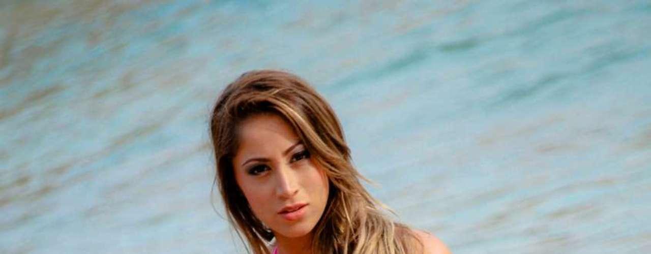 Carol Narizinho posou de biquíni para a grife baiana Três Marias