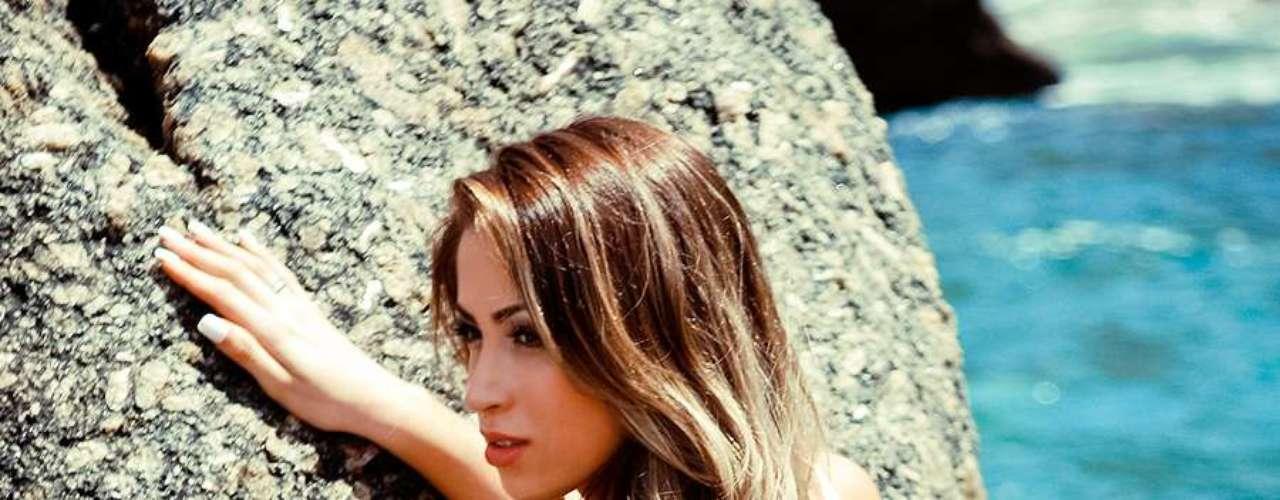 A panicat Carol Narizinho posou com diversos looks moda praia