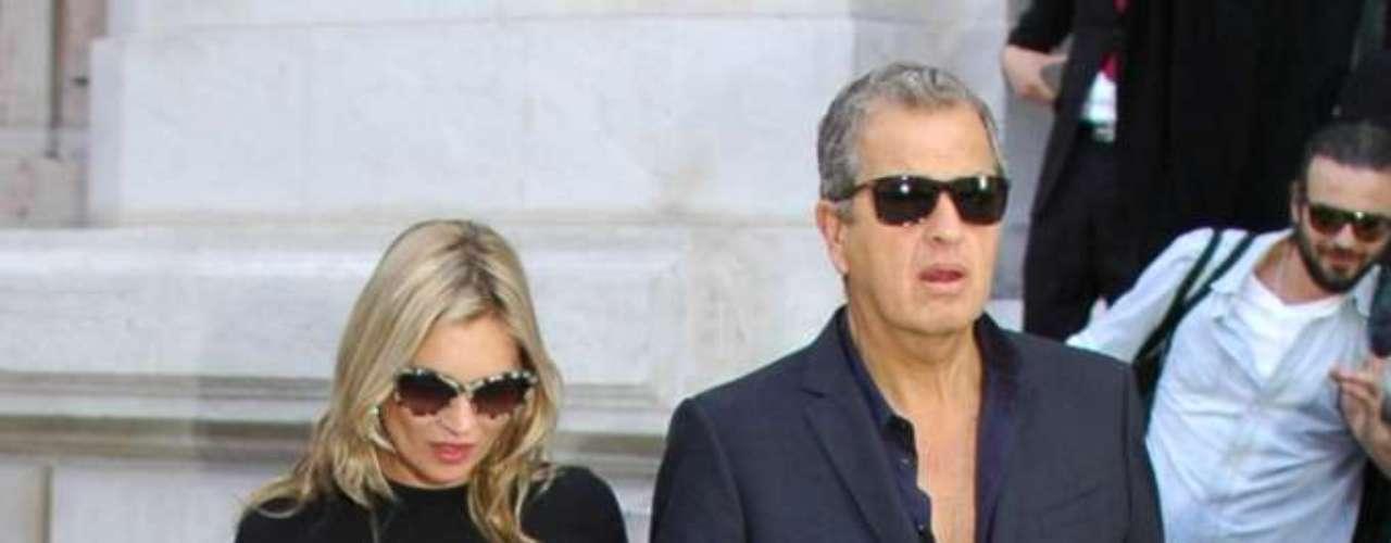 Kate Moss chegou em look preto total ao lado de Mario Testino