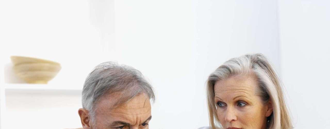 Fique de olho na andropausa - A idade também influencia os hormônios masculino levando os homens à andropausa após os 50 anos. Ela é uma síndrome clínica caracterizada pelo declínio dos níveis de vários hormônios no sangue, principalmente a testosterona, explica Celso. Para melhorar a sexualidade depois dos 50 anos é preciso cuidar do estado geral de saúde, conhecer seu corpo e se adaptar às mudanças fisiológicas e manter uma prática sexual contínua e equilibrada durante a vida. Segundo o urologista, o homem deve dar mais valor às carícias antes e durante o sexo, variar posições e fugir da monotonia na cama e usar a imaginação ao seu favor, investindo em fantasias sexuais etc