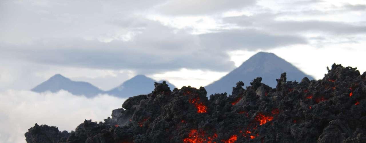 Vulcão Pacaya, Guatemala: a 25 km de Guatemala City, o vulcão Pacaya está ativo constantemente desde 1965, e entrou em erupção mais de vinte vezes nos últimos 500 anos. Trilhas levam os visitantes para ver de perto rios de lava incandescente, e há até quem goste de preparar marshmallows usando o intenso calor vulcânico