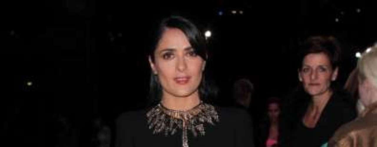 A atriz Salma Haeyk esteve no desfile da grife Alexander McQueen, nesta terça-feira (2), em Paris