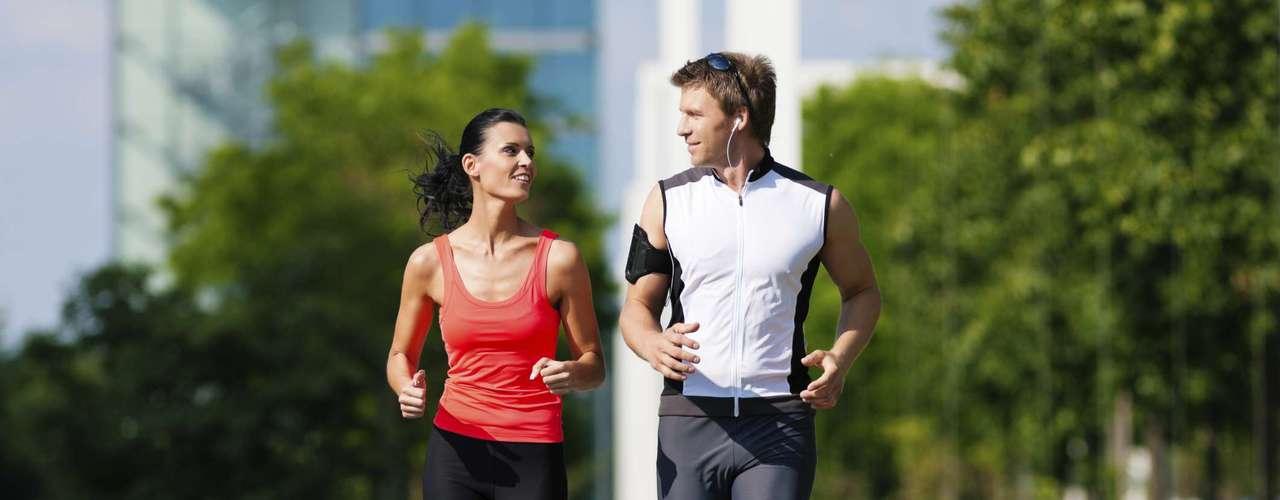 Não se entregue ao sedentarismo - A atividade física é ótima para o corpo, mente e para sua vida sexual também. Os exercícios promovem uma resposta física melhor a tudo que fazemos, defende Celso. Pesquisas demonstram até que a prática de atividades físicas pode estar relacionada a um aumento da produção de testosterona, hormônio responsável pelo desejo sexual, além de melhorar o rendimento na cama. E quando se trata de homens acima dos 40 anos a atividade física faz ainda mais diferença. Um estudo feito por médicos de Dublin mostrou que a perda de peso e aumento de massa magra reduz em 50% o risco de queda nos níveis de testosterona nessa fase. A pesquisa também indicou uma contagem mais alta de espermatozoides e ereções mais vigorosas nos homens mais ativos