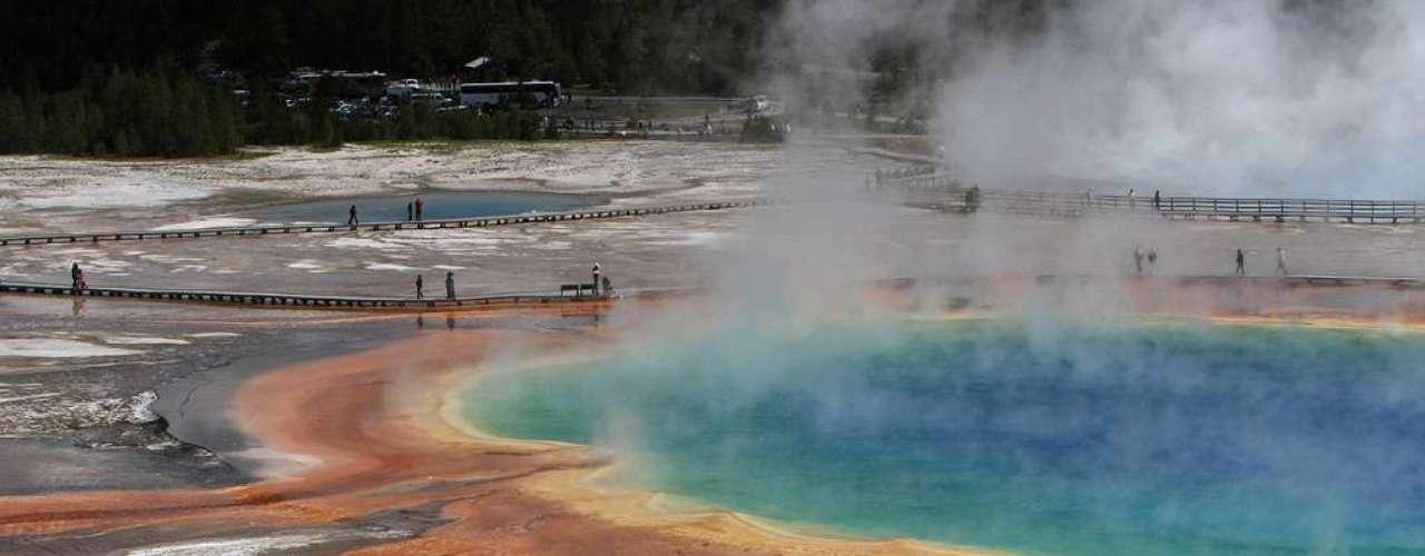 Piscinas Geotermais, Estados Unidos: situado no encontro dos estados de Wyoming, Idaho e Montana O Parque Nacional de Yellowstone abriga algumas das principais belezas naturais dos Estados Unidos.  Entre as mais famosas, encontra-se uma série de mais de 15 gêiseres, termas e piscinas coloridas com diferentes tons de azul, verde, amarelo e laranja