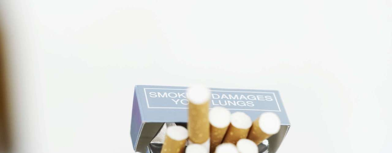 Esqueça o cigarro - Segundo um estudo da Universidade do Texas, em Austin, EUA, homens que pararam de fumar conseguem ficar excitados cinco vezes mais rápido do que aqueles que não abandonaram o vício. Outras pesquisas também apontam que a nicotina atrapalha a ereção. Por isso, se você quer manter uma boa potência sexual é melhor evitar o cigarro. O cigarro afeta a microcirculação arterial e venoso dos corpos cavernosos do pênis e a bomba cardiovascular, que prejudica a chegada do sangue no órgão sexual, afirma Celso Marzano. Segundo o especialista, parar de fumar pode ser um passo importante até para a redução ou mesmo eliminação total da impotência sexual
