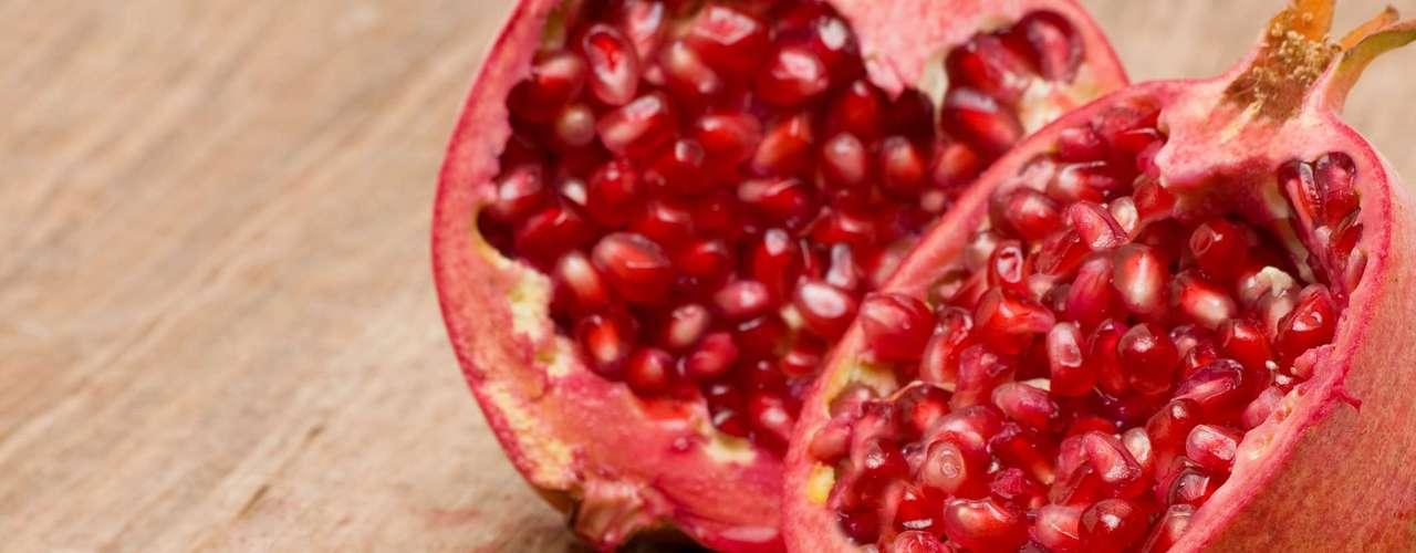 Tome suco de romã - Um estudo da Queen Margaret University, em Edinburgo, mostrou que o consumo de um copo de suco de romã pode melhorar a libido. O estudo mostrou que os voluntários que beberam um copo por dia durante duas semanas tiveram um aumento entre 16 e 30% dos níveis de testosterona, conta Flávia. A pesquisa, realizada com 58 homens entre 21 e 64 anos, ainda indicou que a fruta é rica em antioxidantes e ajuda a melhorar a circulação sanguínea