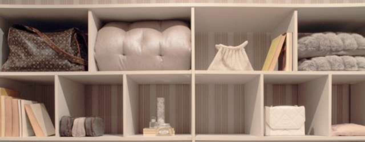 Para criar os armários personalizados Ludmilla usou todos os objetos que eventualmente podemos guardar dentro de um armário: revistas, perfumes, óculos, bijuterias. Acessórios como sapatos e bolsas ganharam um cantinho próprio, assim como a roupa de cama, as almofadas, filmes e até livros