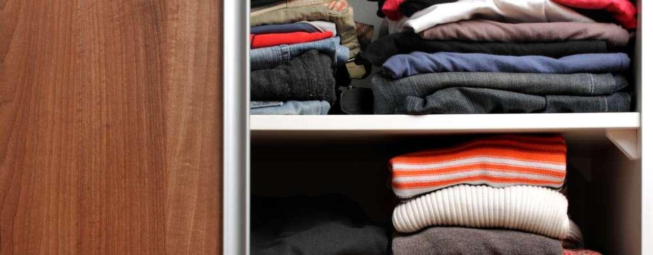 Peças de tricô e de lã devem ser mantidas dobradas. Se forem penduradas, seu próprio peso age sobre o cabide e faz com que a peça perca a forma e esgarce