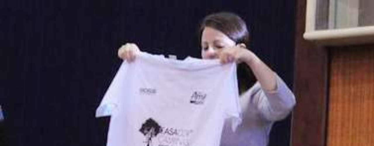 A personal organizer Carol Ledandeck defende que em vez de guardar as camisetas enroladas o melhor é mantê-las dobradas. A técnica é simples: é só colocar a camiseta em uma superfície lisa, como uma mesa ou a cama e usar uma revista como molde para a dobra