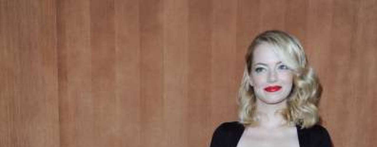 A atriz Emma Stone também esteve no desfile da Miu Miu em Paris