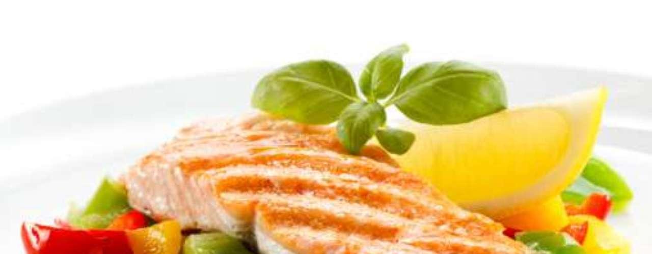 Salmão: pesquisas sugerem que o ômega-3, que contêm neste tipo e em outras qualidades de peixe, ajuda a aumentar os músculos e, quanto mais músculos você tem, mais calorias você queima. Este componente pode também reduzir o acúmulo de gordura e diminuir os níveis de colesterol. O ideal é que sejam consumidas duas porções de salmão por semana