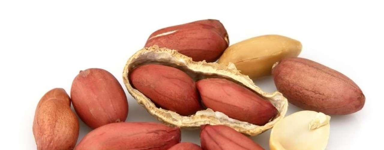 Alimentos ricos em vitamina E, como o amendoim, melhoram o aspecto da pele sensível, diminuindo a irritação e combatendo a aspereza da pele
