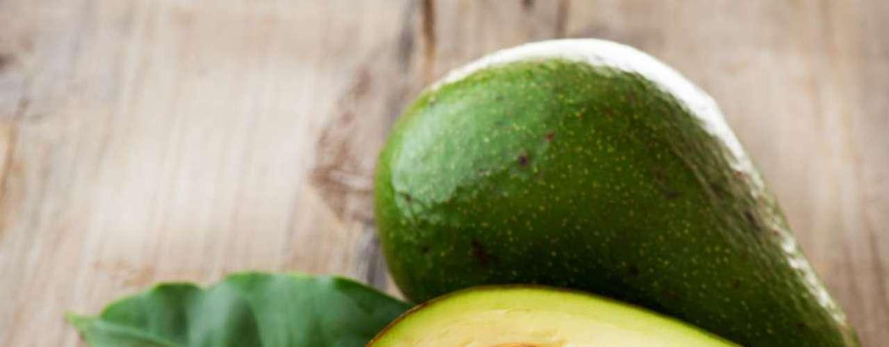 Meia porção de abacate, equivalente à metade da fruta no tamanho médio, por dia, é capaz de promover a hidratação da pele e reduzir sua sensibilidade