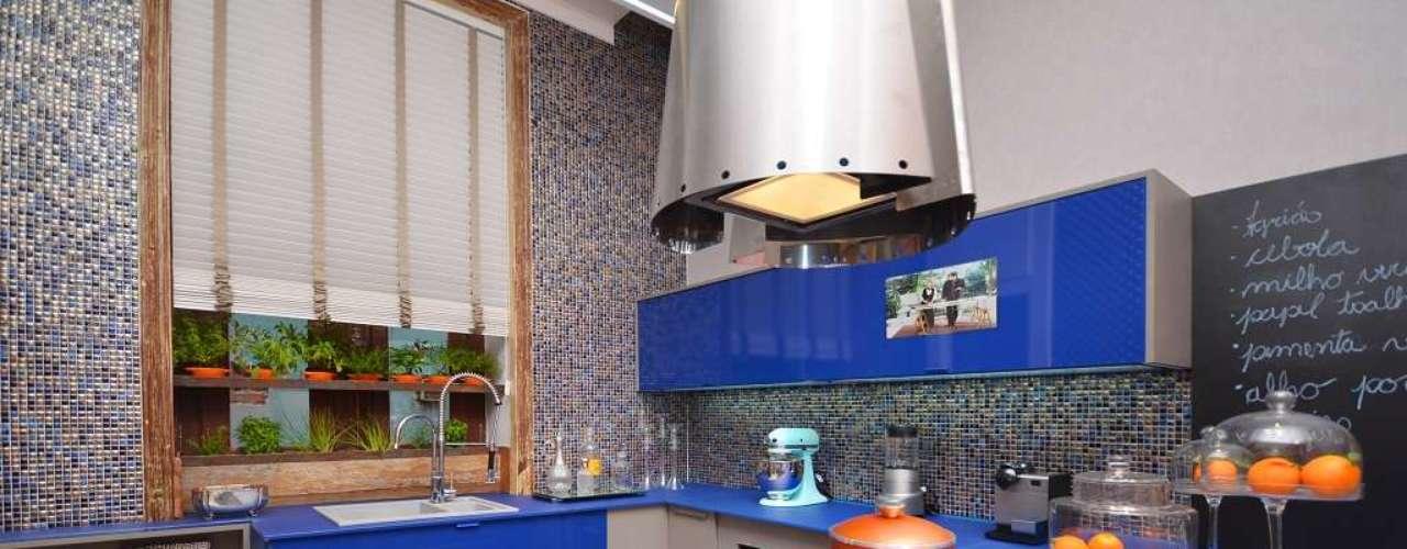 Projeto do arquiteto Thoni Litsz para a Casa Cor Rio 2012. Ele criou uma cozinha equipada num ambiente de apenas 28m². Informações: (21) 2548-1983