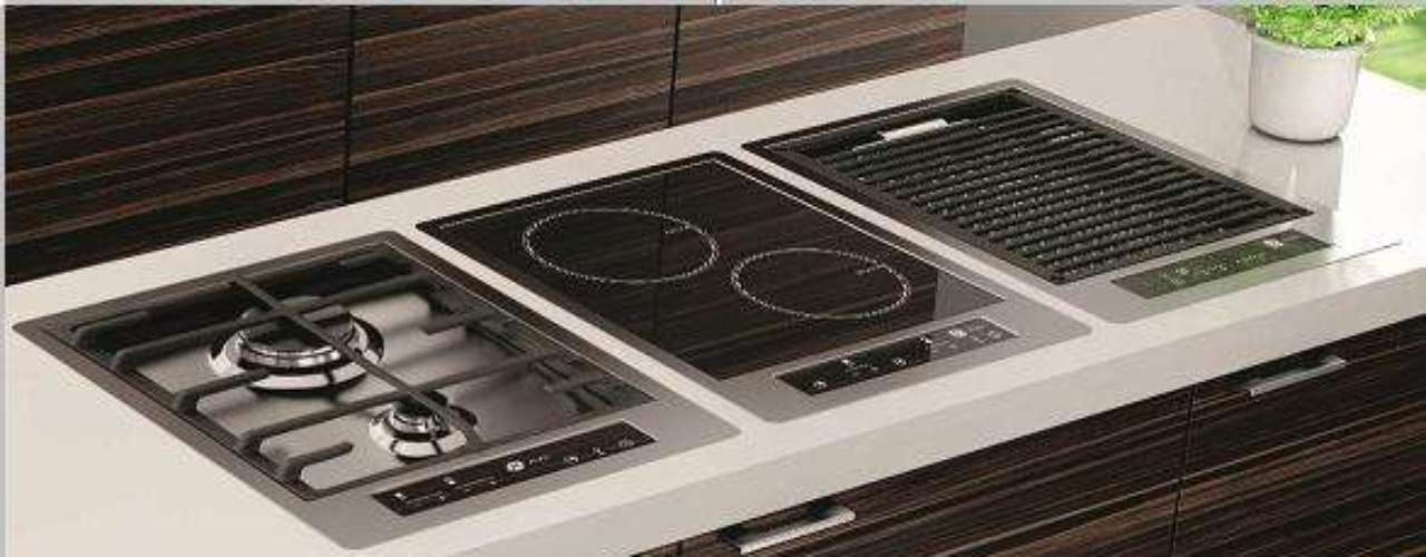 Lançamento da GE, estes cooktops podem ser instalados de forma a ficarem no mesmo nível de altura da bancada. Entre as opções está o cooktop barbecue (à direita na foto), que permite preparar carnes e outros alimentos grelhados