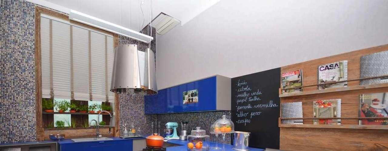 Para Thoni Litsz, a cozinha gourmet tem de oferecer muito espaço nas bancadas, mesmo que a área do apartamento seja pequena. Neste projeto, ele ampliou a peça que recebe os cooktops para formar um local para refeições