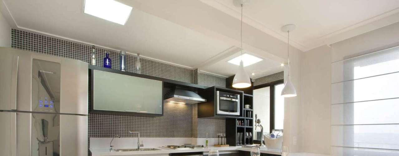 Integrada à sala, esta cozinha foi planejada para atender às necessidades de um jovem solteiro que costuma receber amigos. Projeto do designer Gerson Dutra de Sá para um apartamento de 45 m². Informações: (11) 5044-2830