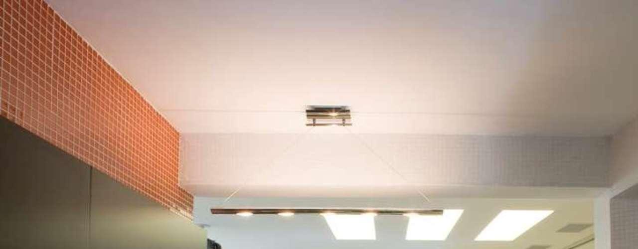 Para liberar mais espaço na bancada, a arquiteta substituiu o fogão tradicional por um cooktop por indução (que dispensa gás)