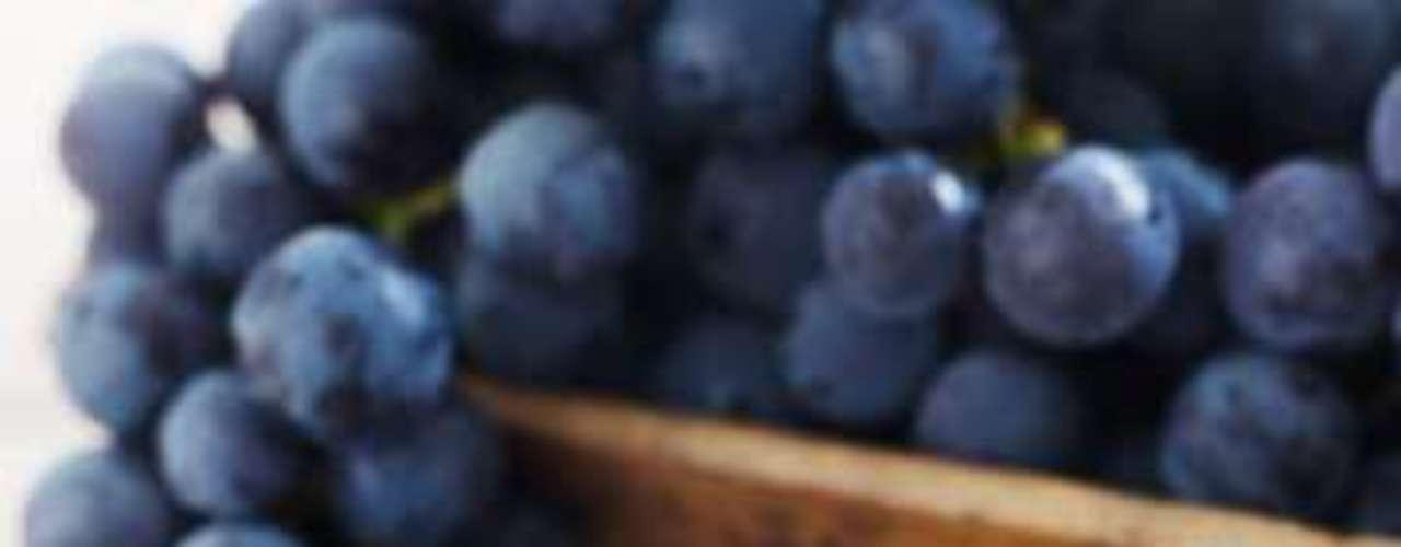 A uva pode proteger contra o câncer de pele e prevenir o envelhecimento prematuro, de acordo com um estudo da Universidade de Barcelona e do Conselho Nacional de Pesquisa, ambos da Espanha. Os responsáveis pelos benefícios são os flavonoides extraídos da iguaria