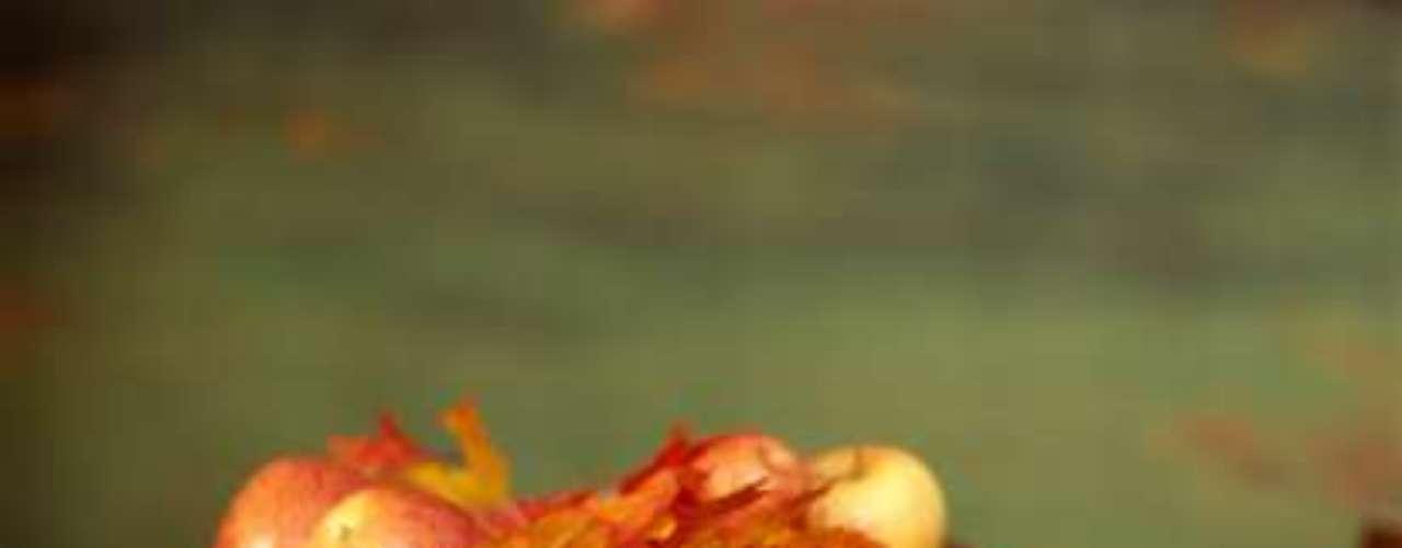 Maçã pode melhorar funções cerebrais. Segundo o Good Housekeeping, a iguaria tem sido associada a um aumento na produção de acetilcolina, que se comunica entre as células nervosas. Isso faz com que a fruta possa ajudar a memória e a diminuir as chances de desenvolver Alzheimer