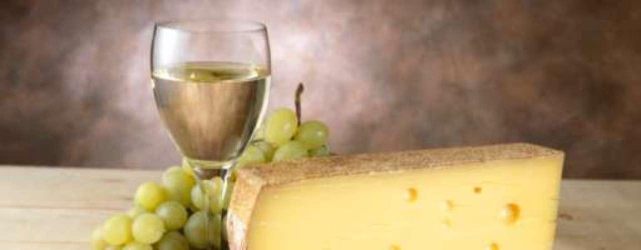 Queijos: uma fatia de queijo suíço contém cerca de 6 IUs, é menos processada e contém menos sódio do que o queijo americano. Um copo de ricota oferece 25 IUs, mas deve ser consumida com moderação, pois também possui gordura