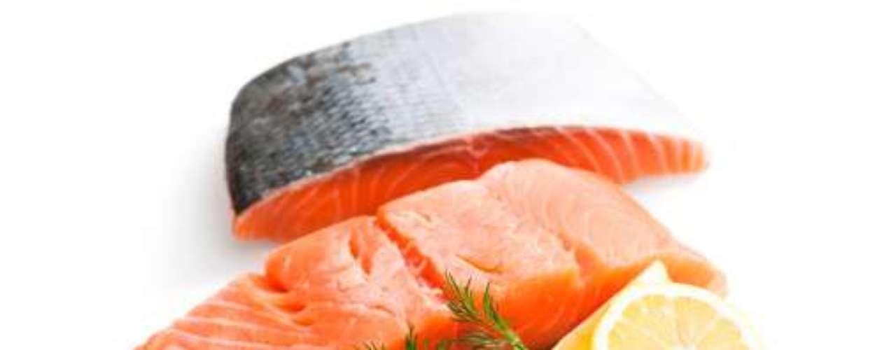 Salmão: existe um número grande de alimentos marinhos com altas doses de vitamina D. O salmão está no topo da lista. Aproximadamente 100g do alimento enlatado oferecem 650 IUs, mais do que você precisa para um dia