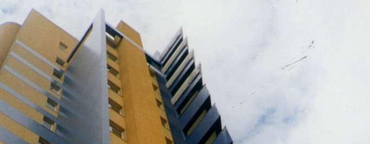 A arquiteta também usa cores em projetos de edifícios como este, onde o azul é resultado da aplicação de pastilhas coloridas