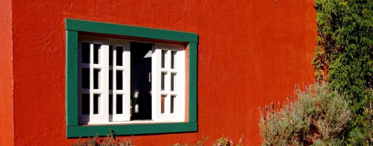 O designer de interiores Rogério Castro avalia que, apesar de serem cores opostas no círculo cromático, verde e vermelho podem render combinações agradáveis