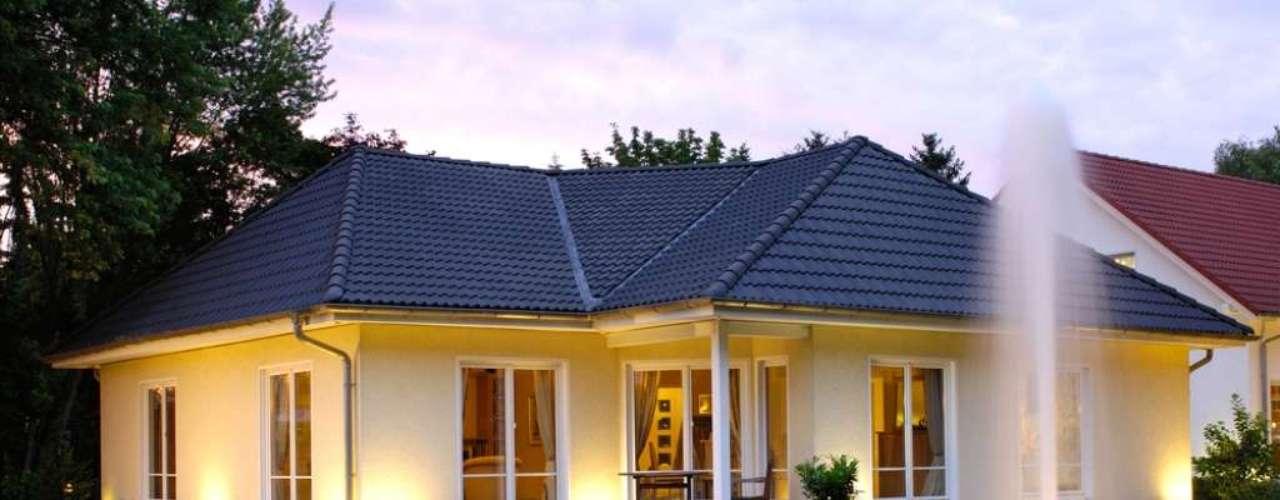Aqui também a iluminação que vem do piso para as paredes ajuda a reforçar o amarelo da fachada. O arquiteto Gil Mello aconselha que, antes de pintar a casa, o morador preste atenção à forma como a incidência do sol na sua casa pode alterar as cores