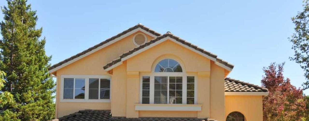 Fachadas amarelas podem ser suavizadas com detalhes em branco e cinza. Outra opção seria manter portas e janelas de madeira com verniz de tonalidade marrom