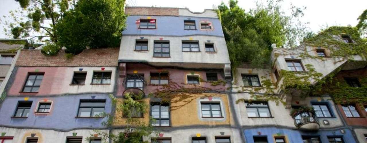 Aqui, um clássico da fachada colorida: o conjunto de apartamentos em Viena concebido pelos arquitetos Friedensreich Hundertwasser e Joseph Krawina mistura cores e revestimentos e se transformou num marco da capital da Áustria