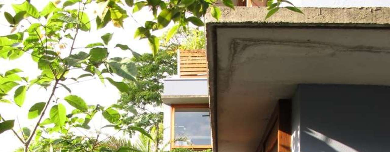 A madeira também é um ingrediente importante da fachada. O grande número de portas e janelas era um desejo do autor do projeto
