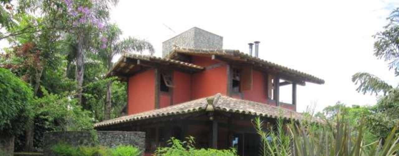 Em sua casa de campo, o designer de interiores Rogério Castro queria uma cor que contrastasse com o verde da vegetação ao redor. Projeto de Luizette Davini. Informações: (11) 5549-2445