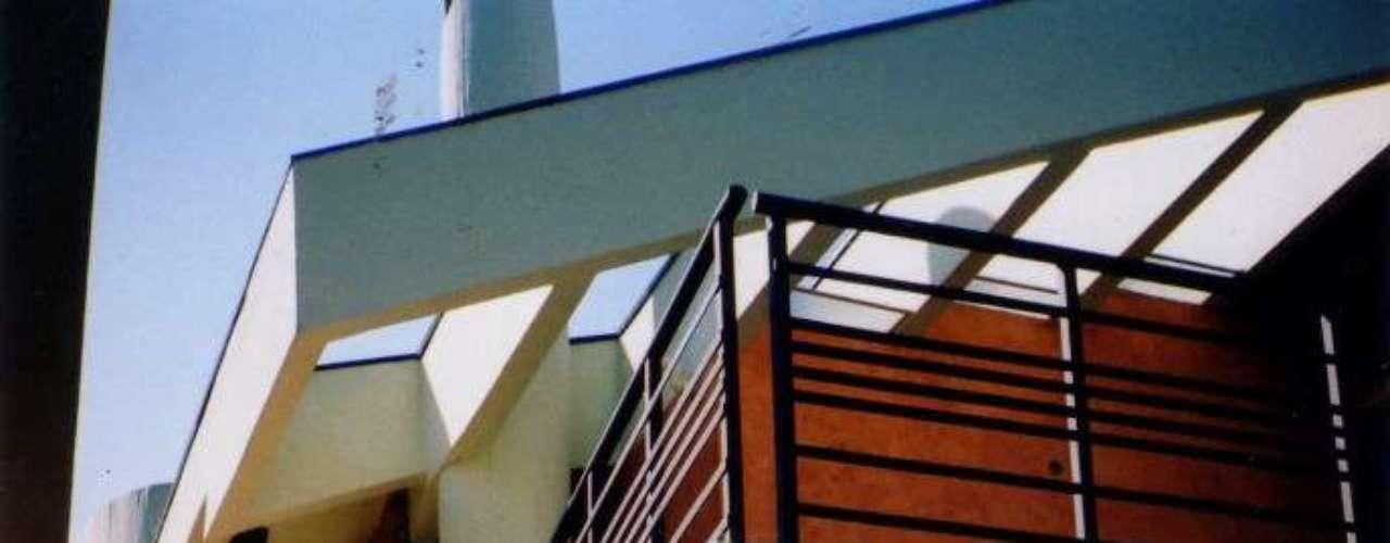 Casa de um conjunto residencial projetado pela arquiteta Claudia Vacilian Mendes Cahali. Aqui também a tinta foi aplicada sobre a massa grossa, mantendo uma textura mais rústica na parede. Informações: (11) 3673-3233