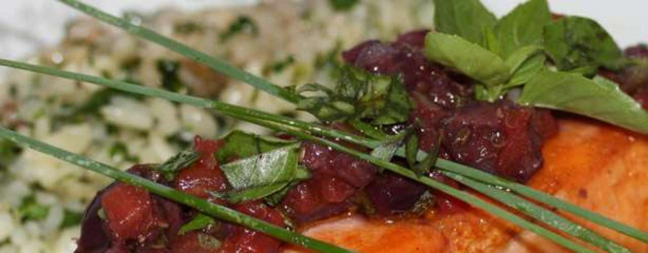 Salmão grelhado: salmão grelhado com tomates, azeitonas pretas, alcaparras, basílico com risoto verde de salsinha e vegetais. Valor R$ 65 no Savana Motel, em Ribeirão Preto