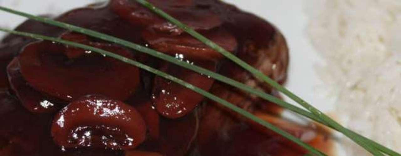 Tournedo de filet mignon: tournedo de filet mignon ao molho de vinho tinto com cogumelos frescos, vegetais e arroz branco. Valor R$ 59 no Savana Motel, em Ribeirão Preto