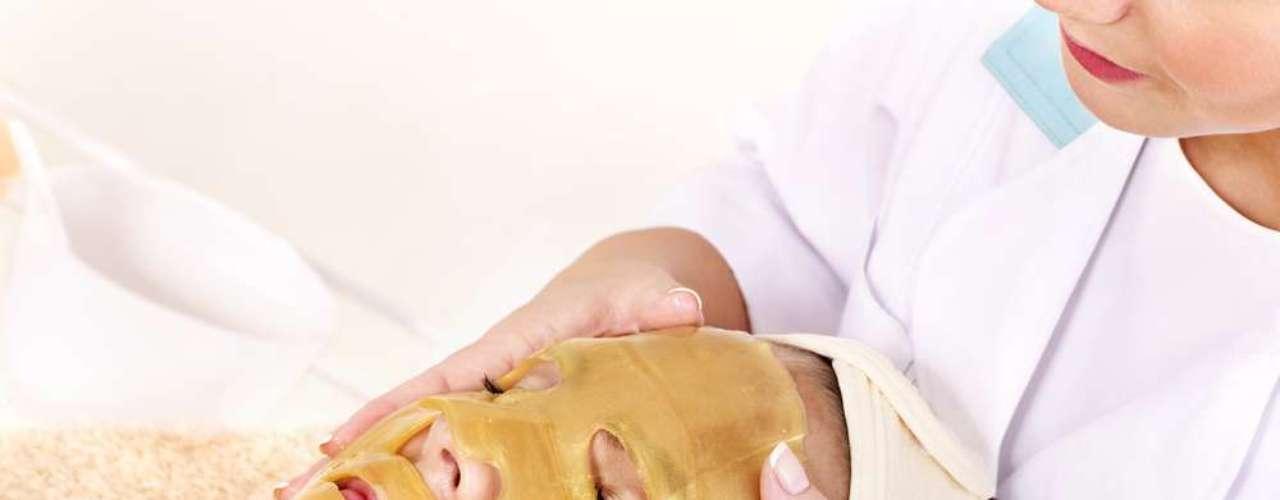 Para melhorar o aspecto áspero e sem vida da cútis, hidratação de ouro 24K possui vitamina E e nanopartículas de ouro, fundamentais para regenerar e devolver brilho à pele
