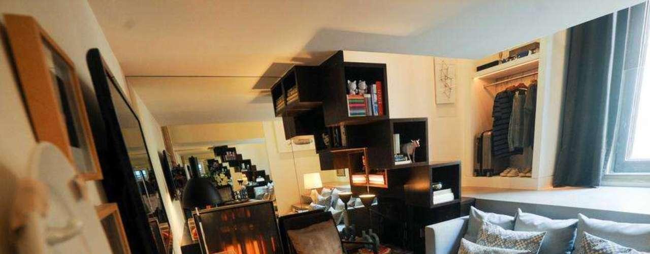 Ambiente criado pela arquiteta Paloma Yamagata para a Casa Cor Rio 2012. Esta sala tem apenas 17 metros quadrados, mas fica até difícil ver onde ela termina por conta da parede completamente espelhada ao fundo. Informações: (21) 3603-1868