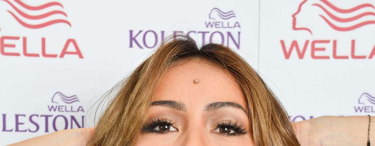 A apresentadora Sabrina Sato, que exibia um loiro platinado, mudou o visual de novo e escureceu os cabelos para curtir o verão